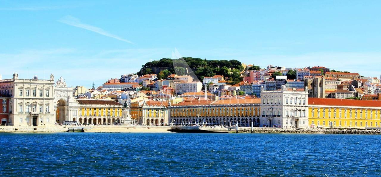 Vieux ville de lisbonne palmayachts charters portugal for Piscine lisbonne
